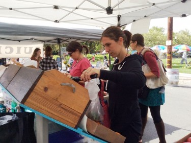 West End Moms buy fresh produce at WEFM